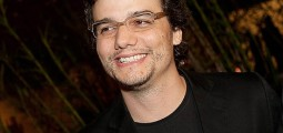 Vídeo mostra Wagner Moura cantando 'I will survive'
