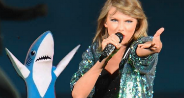 "Taylor Swift provoca Katy Perry durante performance de ""Bad Blood"""