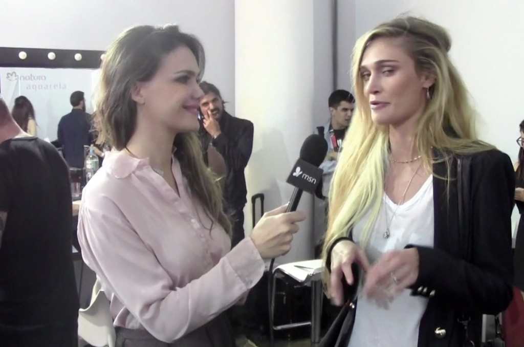 Camila Alves entrevista Vivi Orth no backstage do SPFW (Foto: JETSS)