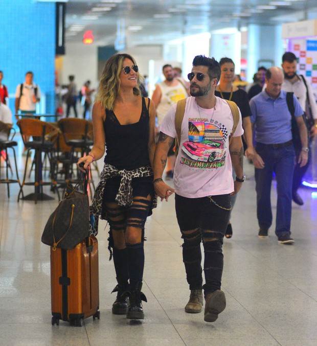 Bruno Gagliasso e Giovana Ewbanck embarcam em aeroporto do rio (Foto: William Oda / AgNews)