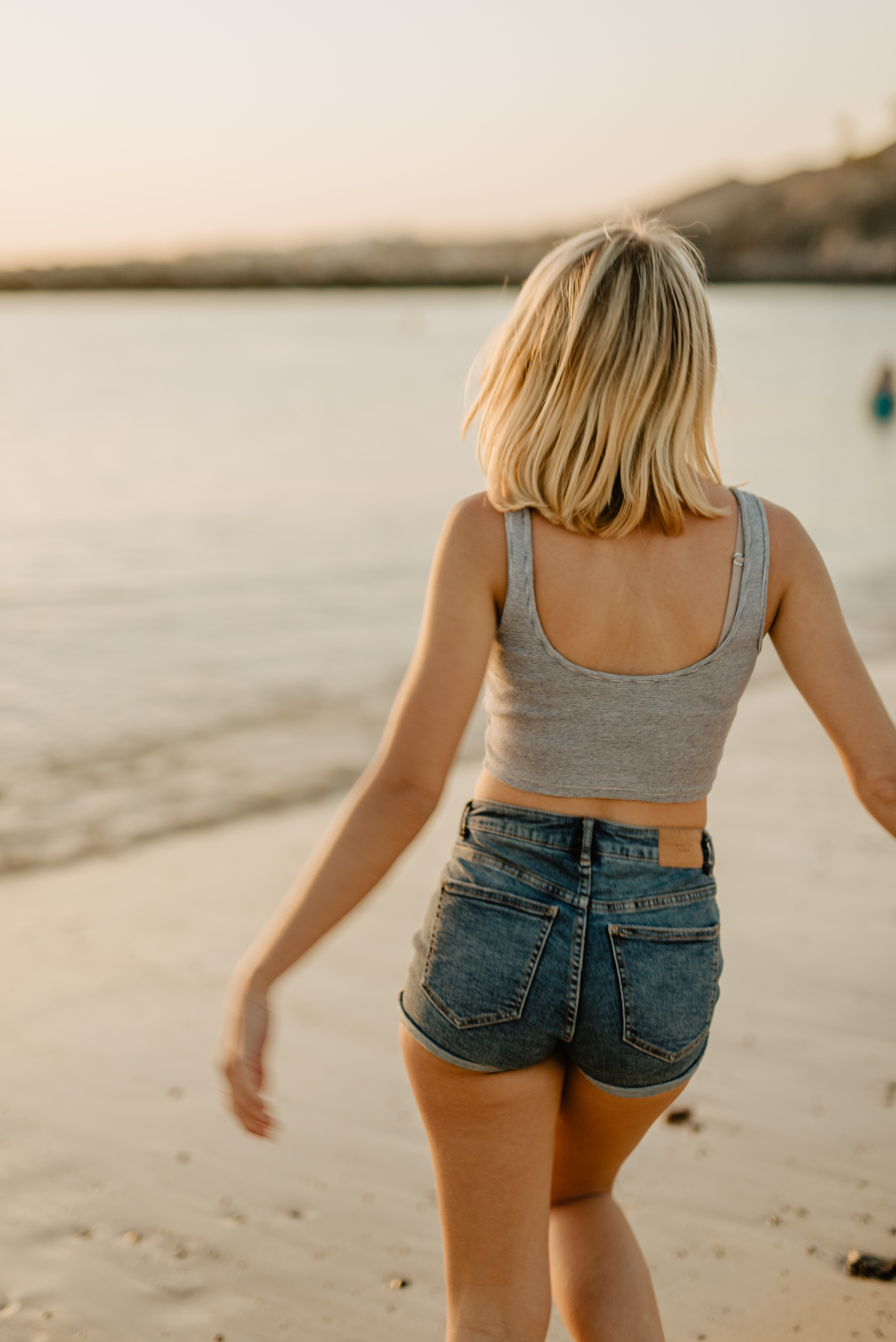 Shorts jeans com regata (Foto: Esther Driehaus/Unsplash)