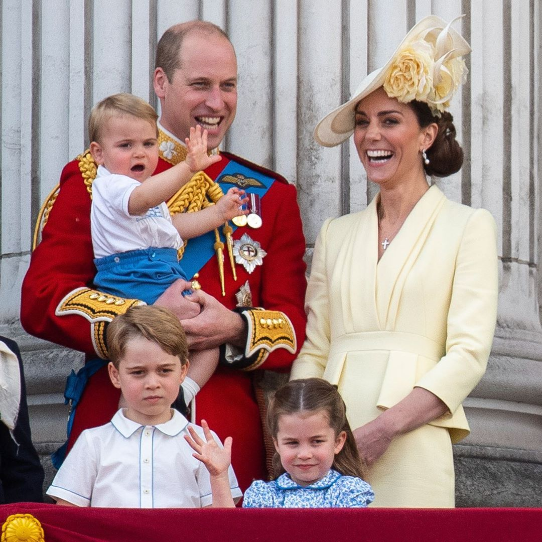 Como o uso dela independe do sexo, os filhos de Kate Middleton e do príncipe William – George, Charlotte e Louis – a usaram em seus batismos(Foto: Instagram/@TheRoyalFamily)