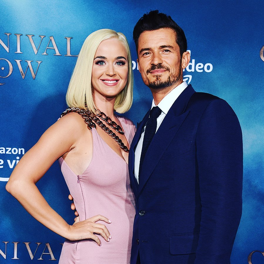 "Katy Perry e Orlando Bloom no lançamento da série ""Carnival Row"". (Foto: Instagram/@orlandobloom)"