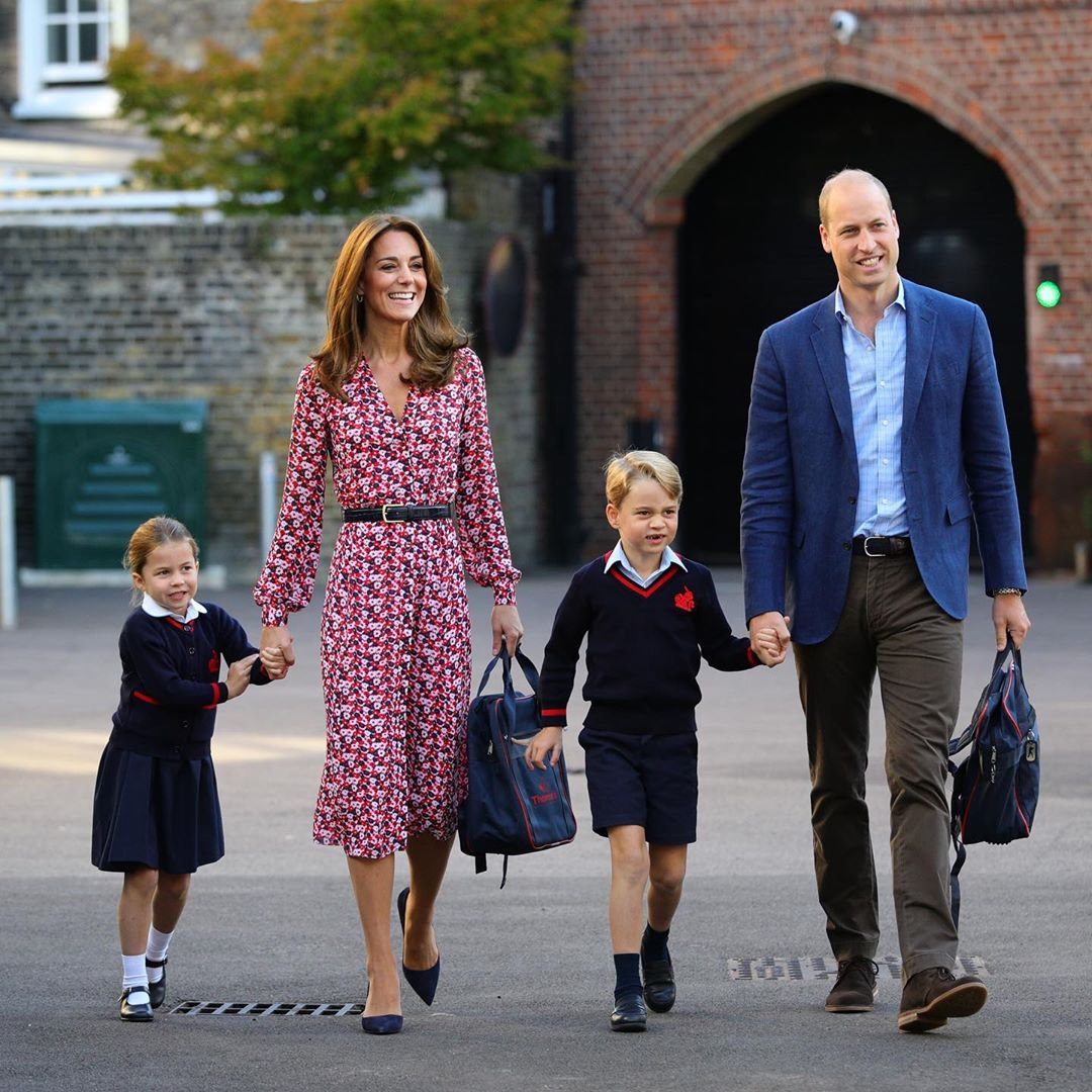 O Instagram oficial da família real compartilhou uma foto da pequena, ao lado do irmão, da mãe, Kate Middletom, e do pai, William, chegando para o primeiro dia de aula(Foto: Instagram/@kensingtonroyal)