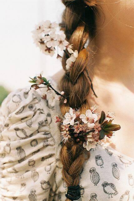 Com as tranças, é possível adicionar diversas flores no cabelo (Foto: Pinterest)