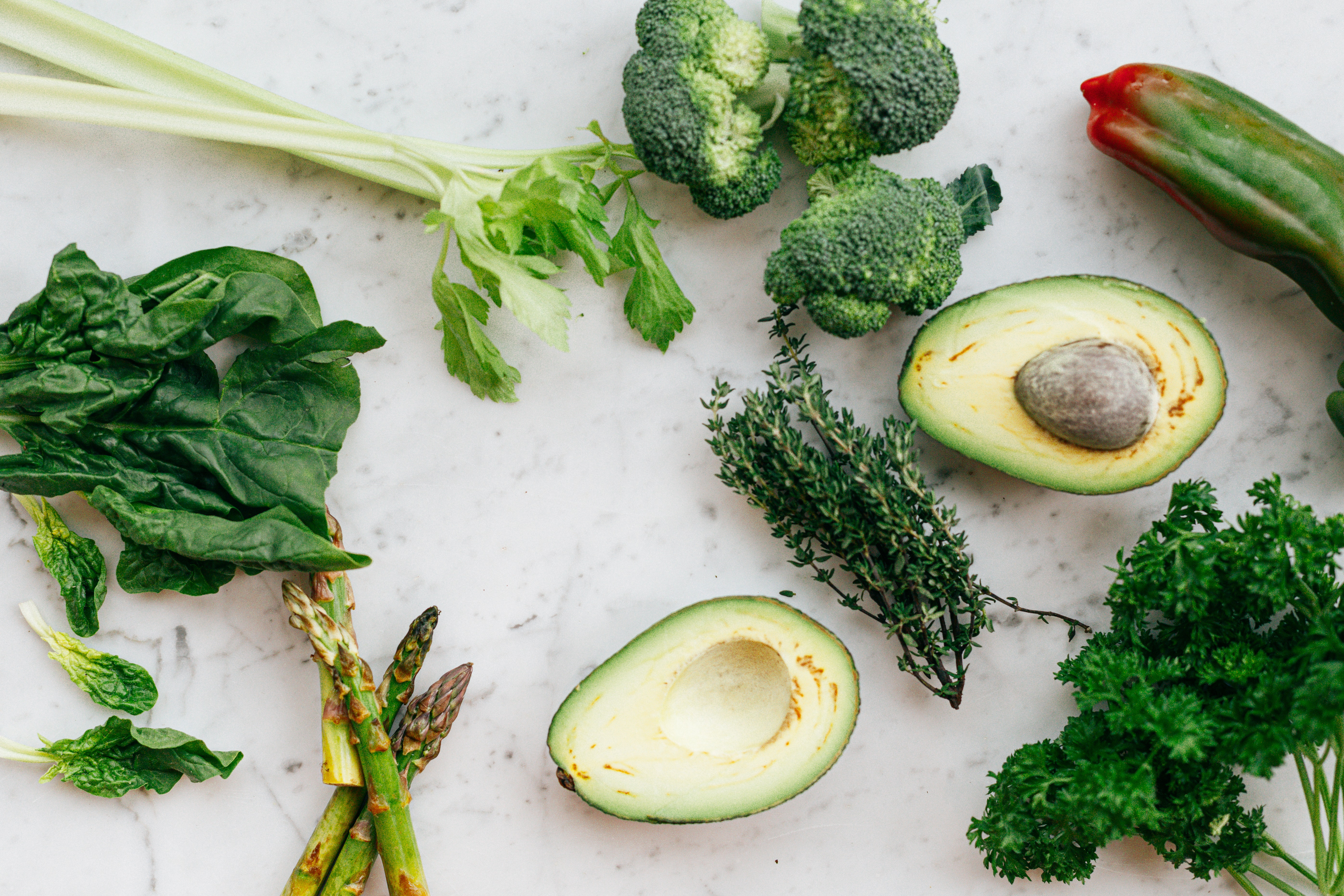 Vegetais verdes - Os vegetais são ricos em cálcio, ferro e ácido fólico, todas essas propriedades ajudam a alcalinizar e purificar o sangue, além de estimular as enzimas responsáveis pela desintoxicação. (Foto: Pexels)