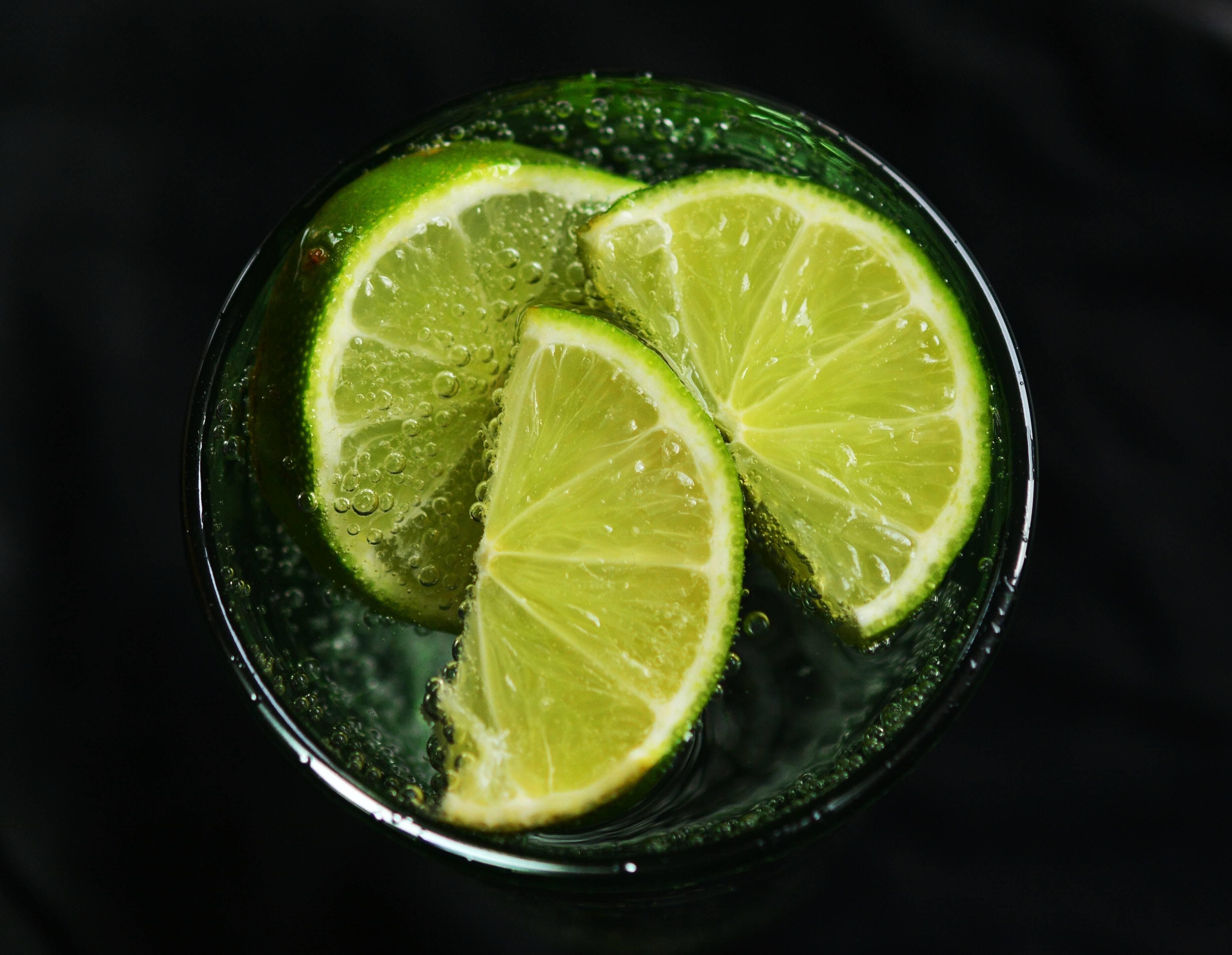 Água com limão - Você tem vários benefícios para a saúde, entre os quais se destacam a proteção do fígado e a regulação da digestão. (Foto: Pexels)