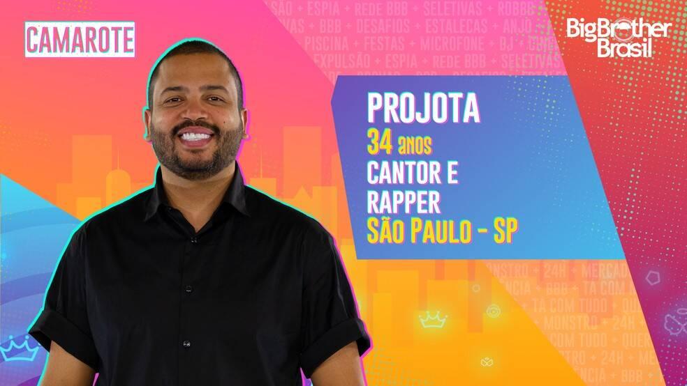 """Projota - Cantor e rapper, 34 anos, natural de São Paulo. Grande nome do rap nacional na atualidade, Projota já cantou no Rock in Rio, nas Olimpíadas do Rio, em 2016, e tem mais de 2 bilhões de visualizações de suas músicas nas redes sociais. Ele é do grupo Camarote. Muito competitivo, Projota diz que odeia perder, principalmente no videogame. Para ele, a parte mais difícil do confinamento será ficar longe da filha, Marieva, que completa 1 ano em fevereiro: """"Vou sentir muita falta de casa, da minha família, da minha esposa e da minha filha"""