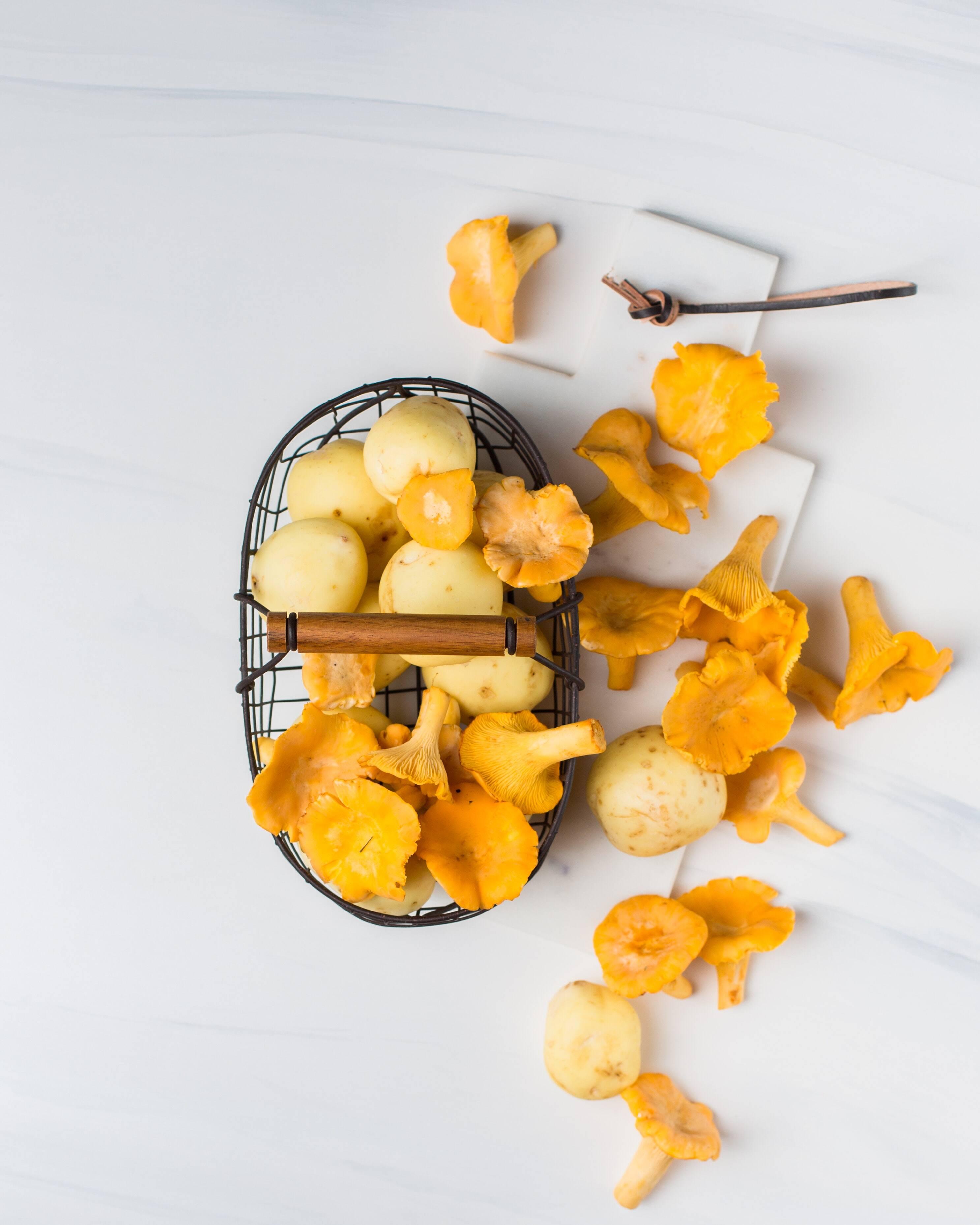 4 Cogumelos gigantes; 1 lata de anchovas; 1 ralado tomate; 2 Fatias de queijo muçarela; 1 / 4 de cebolas cortadas em juliette; azeitonas pretas; Orégano, pimenta e sal. (Foto: Pexels)