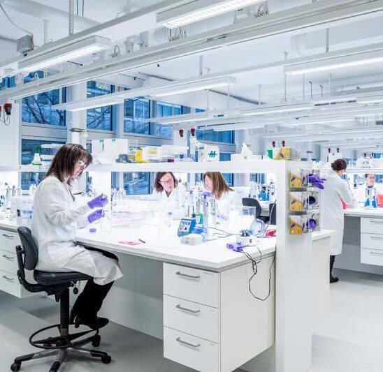 Laboratório farmacêutico (Foto: AstraZeneca / Instagram)