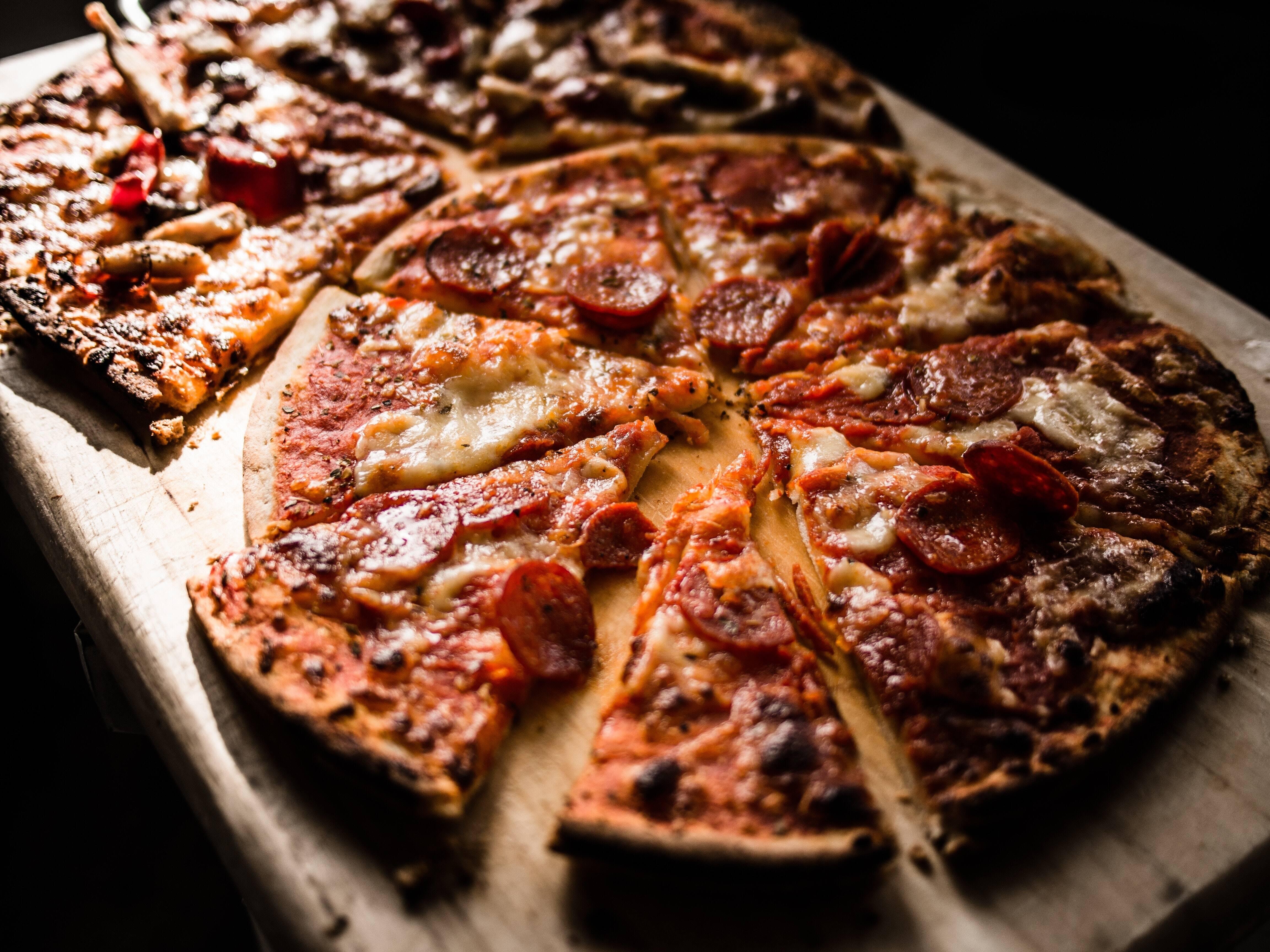 Ingredientes de pizza - Para a missa: 1 colher de chá de fermento instantâneo; 1 colher de chá de fermento em pó; 2 colheres de sopa de água morna; 1 xícara de farinha de amêndoa; 1 xícara de queijo mozzarella ralado parcialmente desnatado e com baixo teor de umidade (mais uma xícara extra para cobrir a pizza); 30 ml de cream cheese gordo; 1 ovo grande, ligeiramente batido e Azeite para as mãos. (Foto: Pexels)