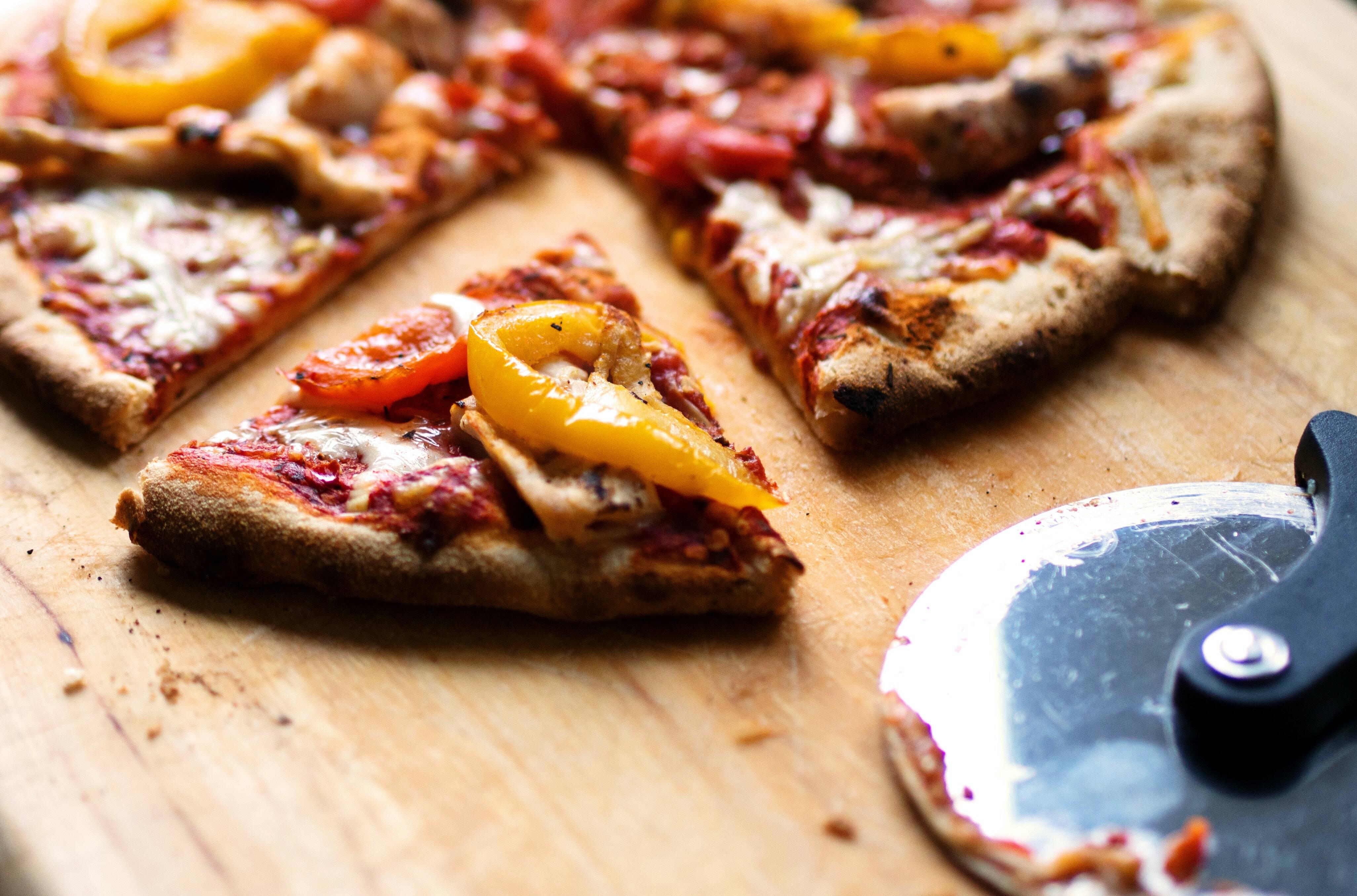 Para o molho: 4 tomates grandes; 5-7 folhas de manjericão e Uma pitada de pimenta. (Foto: Pexels)