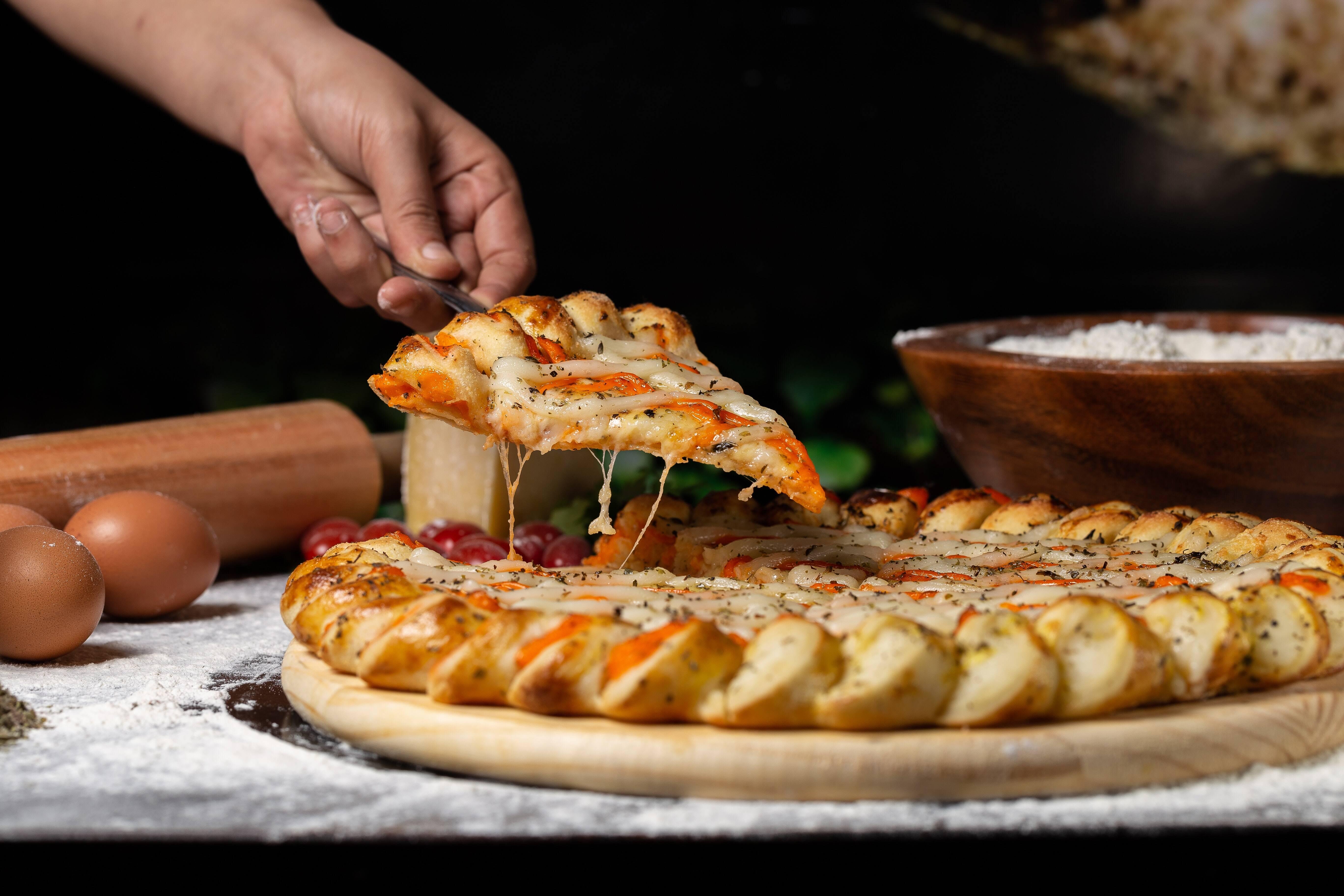 Em uma tigela grande para micro-ondas, adicione o queijo muçarela e o cream cheese. Coloque no micro-ondas por 60 segundos e depois mexa a mistura, e continue cozinhando em incrementos de 20 segundos até que o queijo esteja completamente derretido e combinado quando mexido. Volte com a mistura de fermento espumoso e acrescente o queijo derretido até incorporar, depois acrescente o ovo batido e mexa tudo. Em seguida, adicione a mistura de farinha de amêndoa até formar uma massa. (Foto: Pexels)