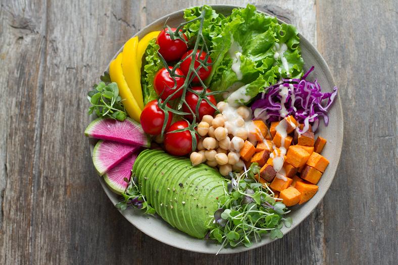 Por fim, manter uma alimentação saudável é essencial para uma rotina de beleza natural. Afinal, alguns alimentos são fontes naturais de substâncias que auxiliam na manutenção de um aspecto saudável. (Foto: Unsplash)