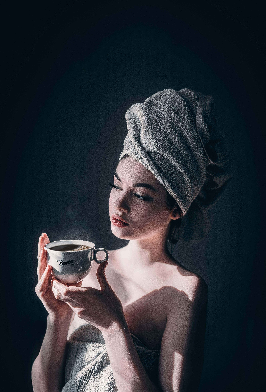 Além de suas propriedades de alívio do estresse, o chá de tília é ideal para pessoas com triglicerídeos e colesterol alto, pois tem a capacidade de diluir o sangue. (Foto: Pexels)