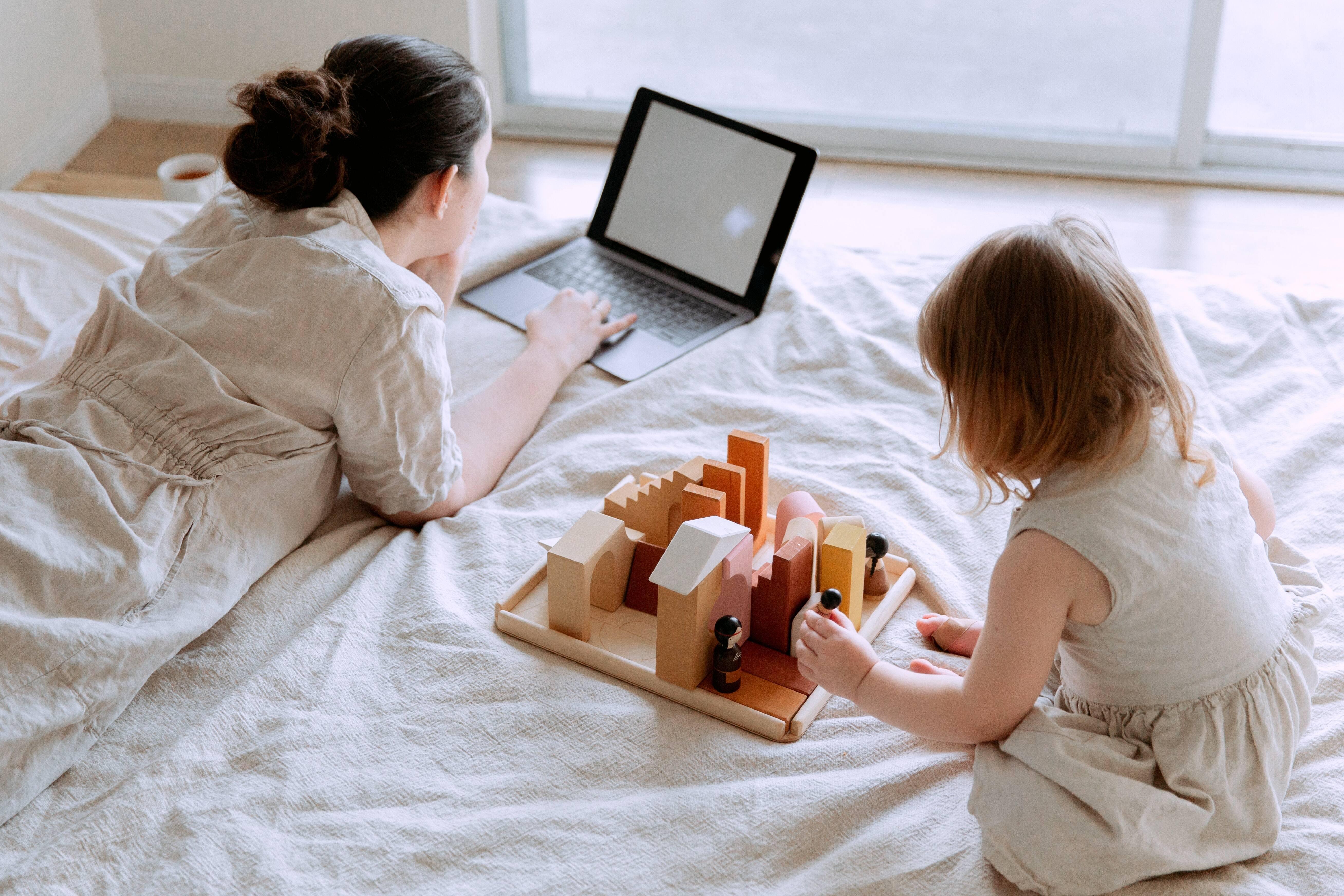 Os avisos ajudam as crianças a compreender o que fazer e o que acontecerá se não o fizerem. Por exemplo, 'se você não parar de me interromper enquanto estou falando ao telefone com a vovó, você terá que ir para o seu quarto até que eu desligue o telefone'. (Foto: Pexels)
