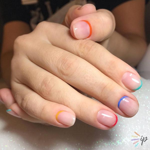 As francesinhas invertidas ganharam versões multicoloridas em 2020. (Foto: Instagram/ @izap.nails)