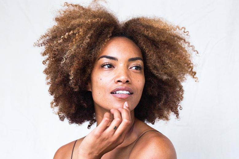 Segundo o relatório Pinterest Predicts, a busca por maquiagem natural e skincare caseiro aumentaram mais de 110% em 2020. (Foto: Unsplash)