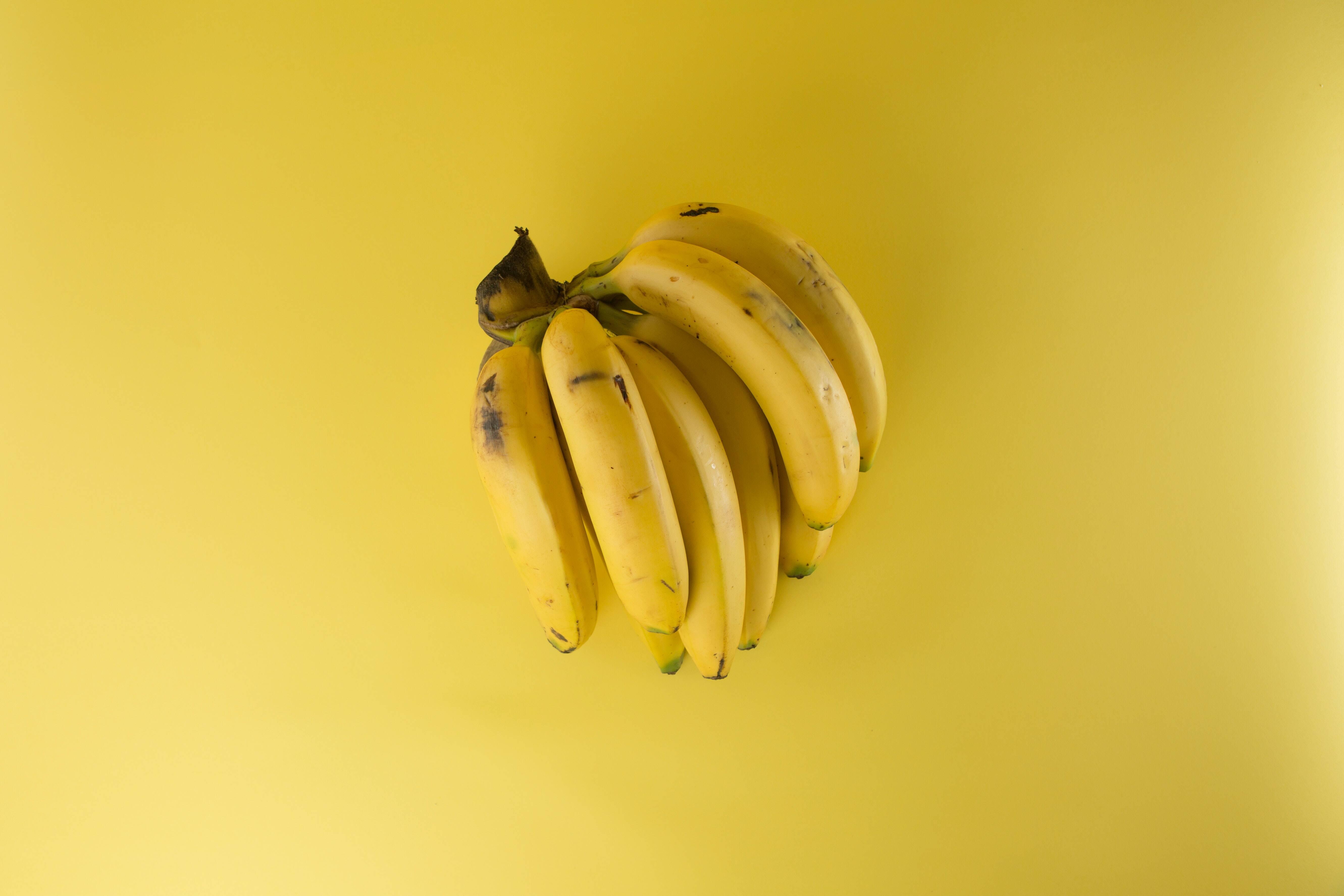 8.- Banana - É rico em minerais necessários ao corpo. Estes incluem ferro, potássio e magnésio. Além de suavizar a pele, eles também ajudam a aliviar dores musculares e a curar queimaduras de sol. A banana também é um excelente ingrediente para fazer máscaras faciais, junto com mel e iogurte. Formam uma combinação perfeita para hidratar e purificar a pele. Você também pode prepará-los com leite e limão e isso ajudará a remover o excesso de óleo da pele. (Foto: Pexels)