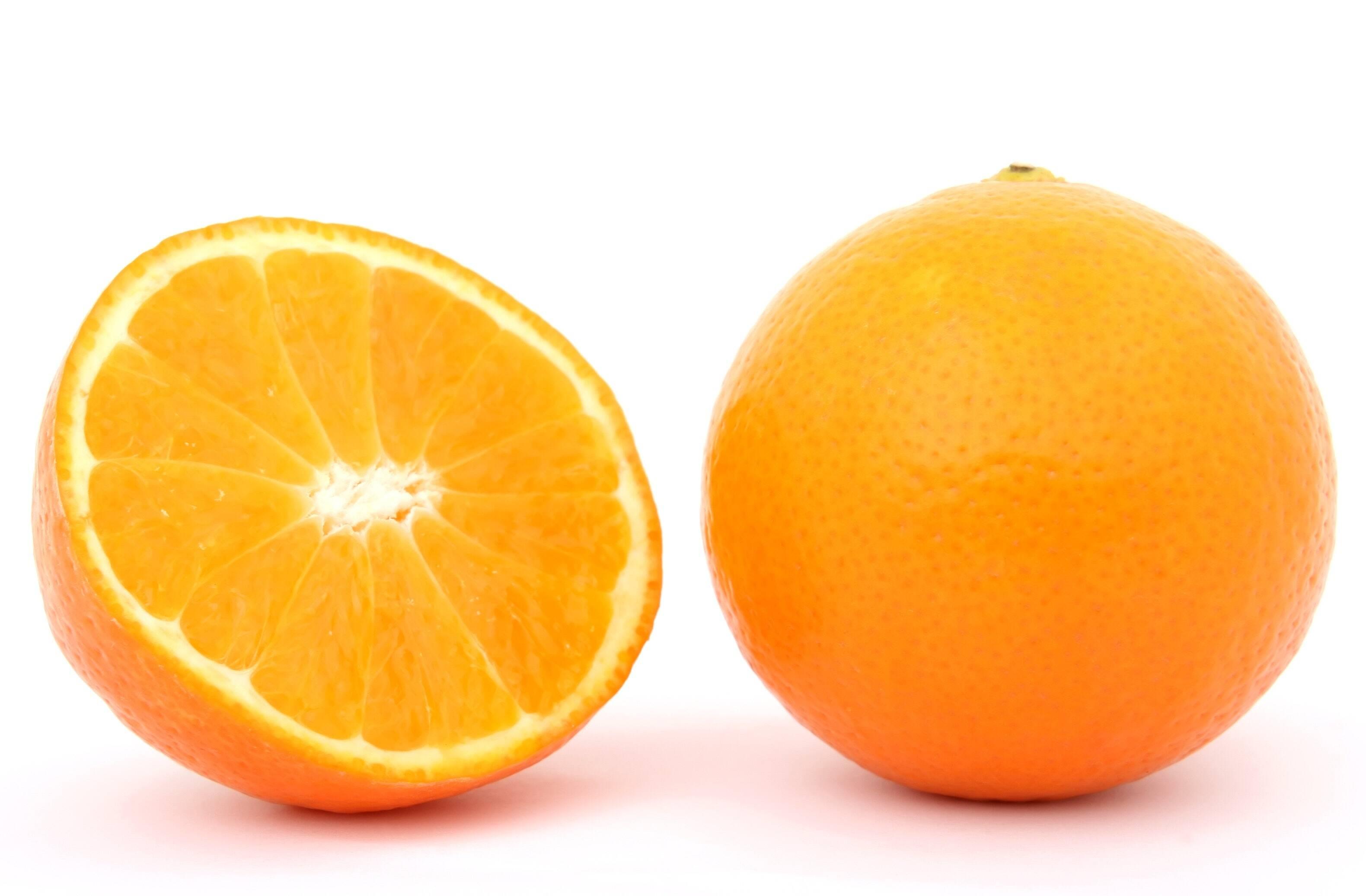 7.- laranja - Um copo de suco de laranja que bebemos por dia é extremamente eficaz na hidratação do corpo. Também podemos comê-lo em segmentos e será igualmente nutritivo. É uma fruta cítrica que contém 88% de água, é rica em potássio, ácido fólico e vitamina C, entre outros nutrientes. Ajuda a regeneração da pele e por isso é muito útil na cicatrização de feridas e queimaduras. (Foto: Pexels)