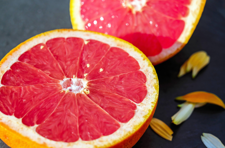 6.- Toranja - Essa fruta melhora a saúde da pele da mesma forma que o tomate, pois também contém licopeno. Esse antioxidante protege o tecido dérmico e reduz as agressões geradas pelas toxinas e pela exposição ao sol. (Foto: Pexels)