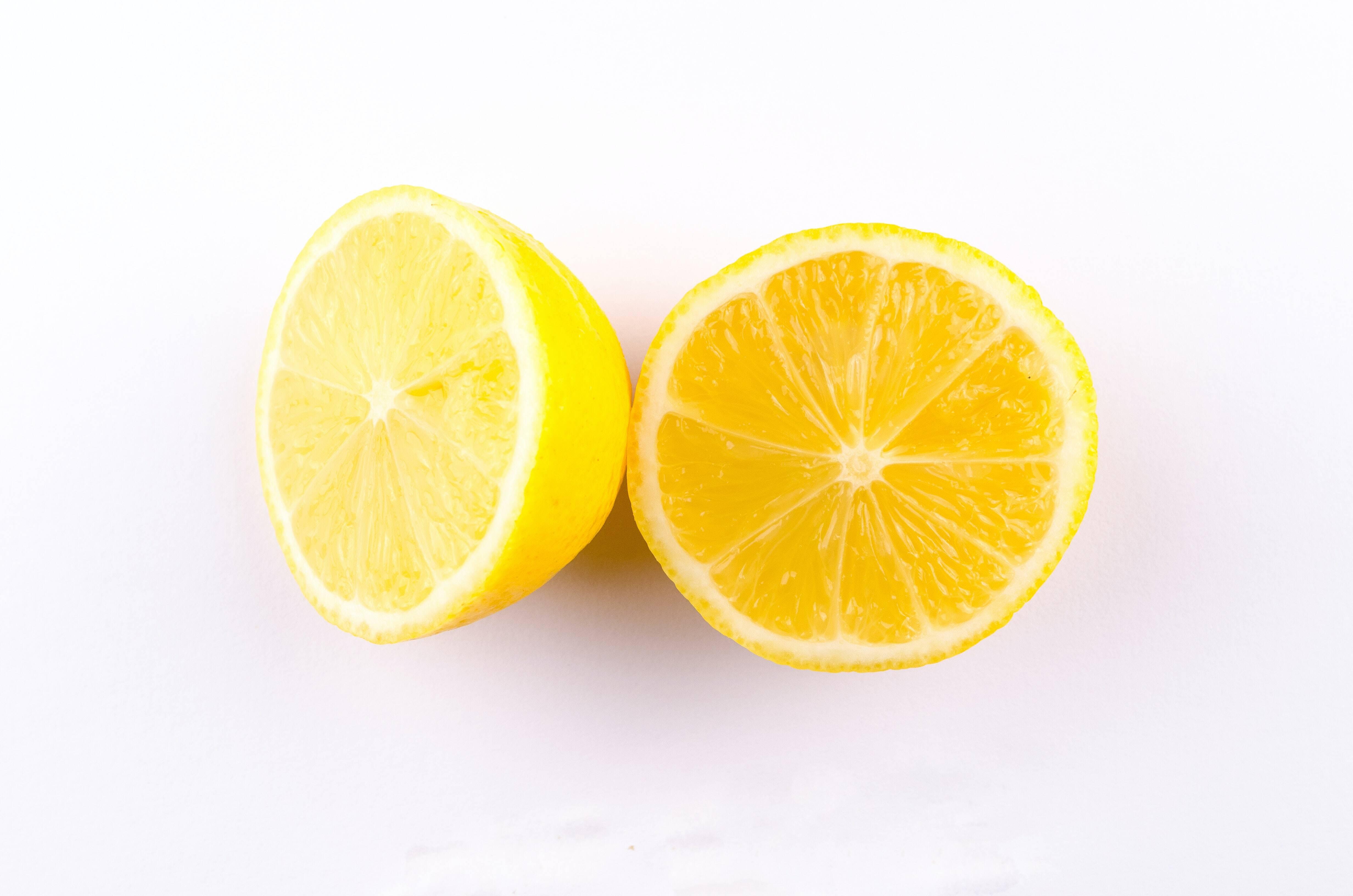 5.- Limão - Pode tomá-lo na forma de sumo, chá ou incluí-lo como ingrediente numa grande variedade de pratos e sobremesas. Possui propriedades descongestionantes e anti-sépticas. Sugere-se que além de incluí-lo em sua dieta por meio de pratos que contenham limão, seja possível comer fatias diariamente. (Foto: Pexels)