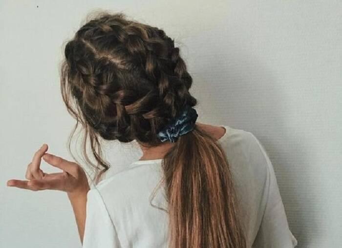 Os scrunchies, as famosas xuxinhas, estão de volta e ficam incríveis em penteados. Nessa ideia, faça duas tranças e arremate com o acessório. (Foto: Reprodução/ Pinterest)