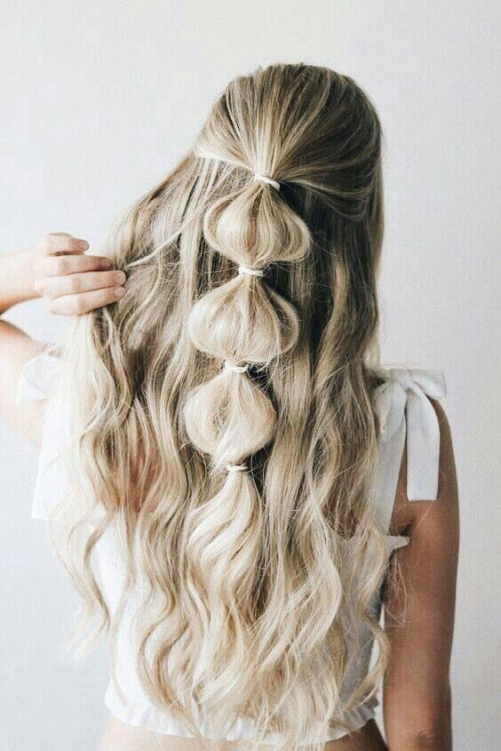 Nessa inspiração, o cabelo semi preso ou rabo de cavalo podem ser estilizados apenas com elásticos. (Foto: Reprodução/ Pinterest)