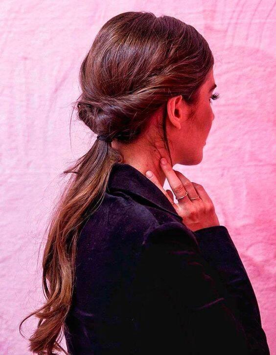 Você pode criar um rabo de cavalo diferente e moderno apenas torcendo a lateral do cabelo. (Foto: Reprodução/ Pinterest)