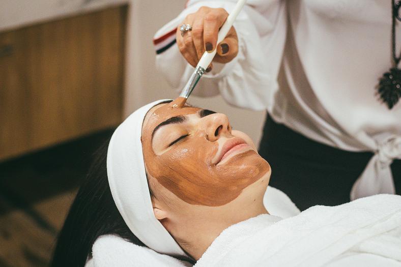E em 2021 não será diferente! O dia a dia pede menos maquiagem e procedimentos pesados, e mais leveza e cuidados naturais com rosto, corpo e cabelos. (Foto: Unsplash)