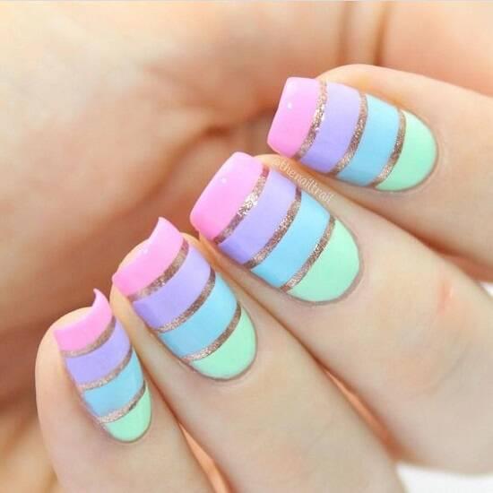 Elas também encantam em nail arts modernas, como nessa inspiração com fios metalizados. (Foto: Reprodução/ Pinterest)