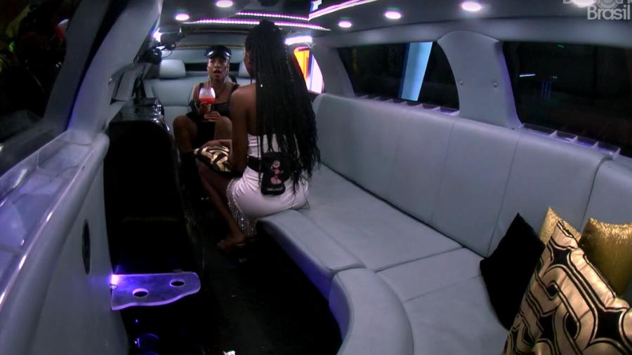 Camilla e Karol discutiram na limousine (Foto: Reprodução/Globoplay)