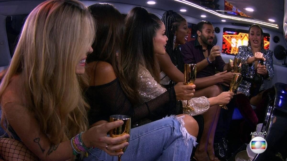 Os participantes se amontoaram na limousine para abrir o champagne (Foto: Reprodução/Globoplay)