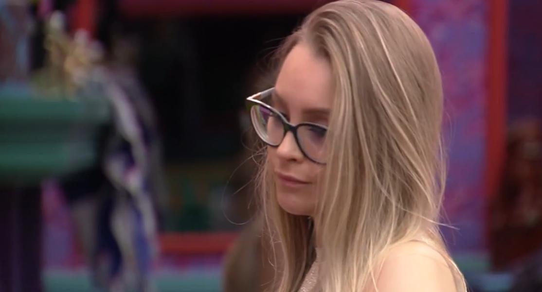 Carla reclama que Arthur só fala de Projota (Foto: Globo)