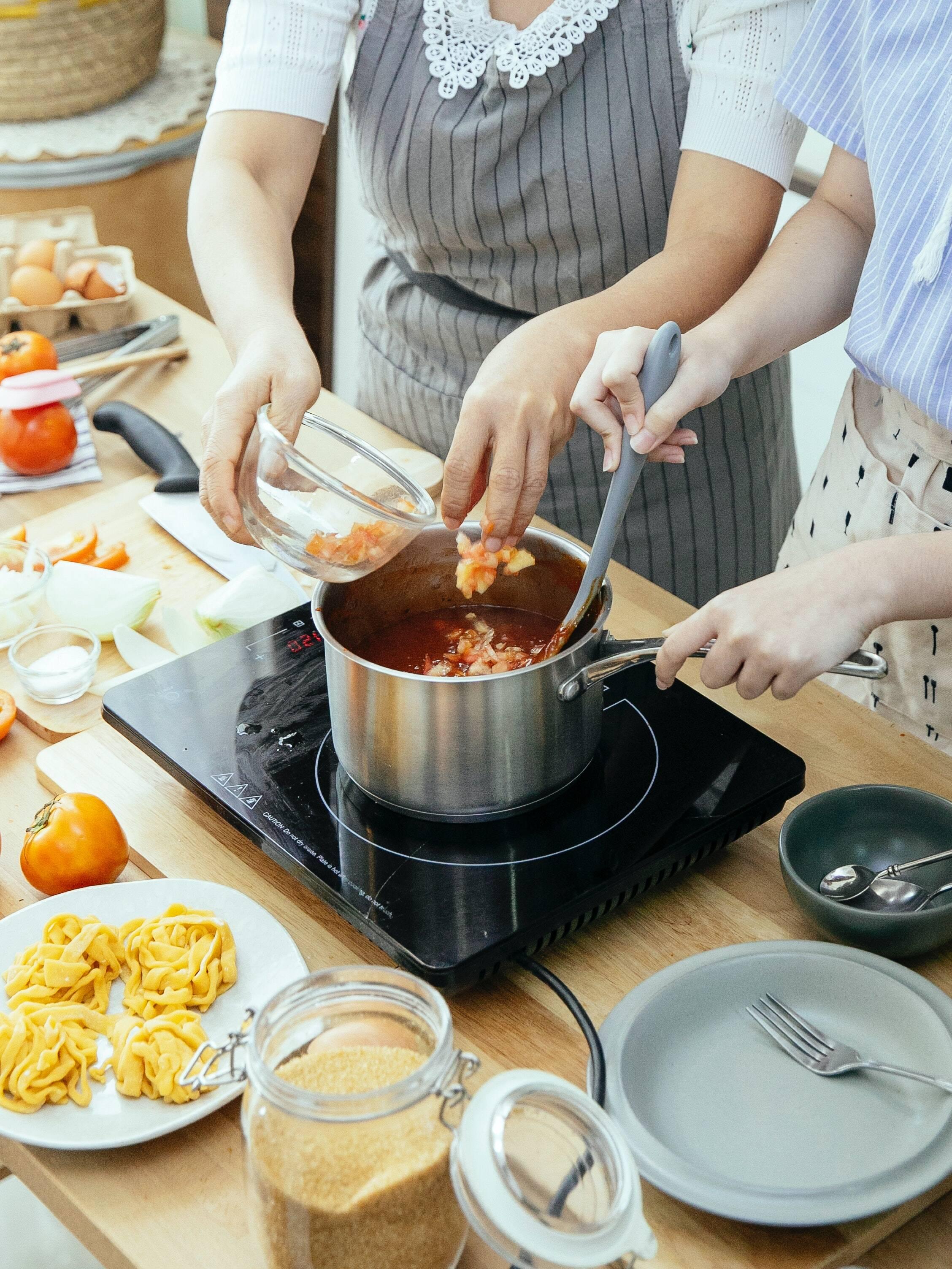 A primeira coisa é você colocar a água para ferver. Enquanto isso, aproveite para cortar a pele do bacon e reserve. Uma dica é cortar o bacon em tiras. Em seguida, bata bem os ovos e as gemas e acrescente sal e pimenta. Em seguida, adicione o queijo e misture com energia. (Foto: Pexels)