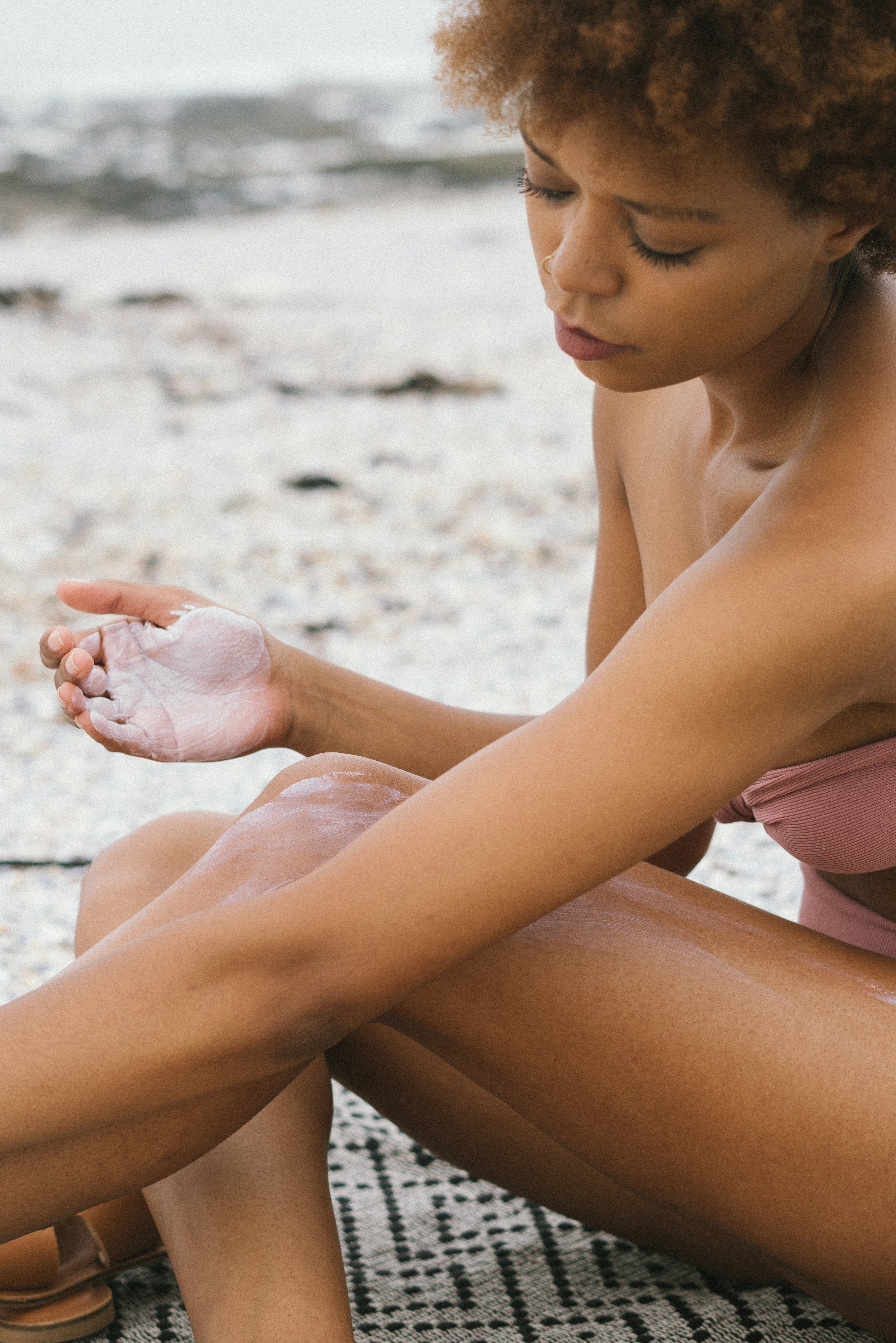 Aplicar 20 minutos antes da exposição ao sol, na pele seca. (Foto: Pexels)