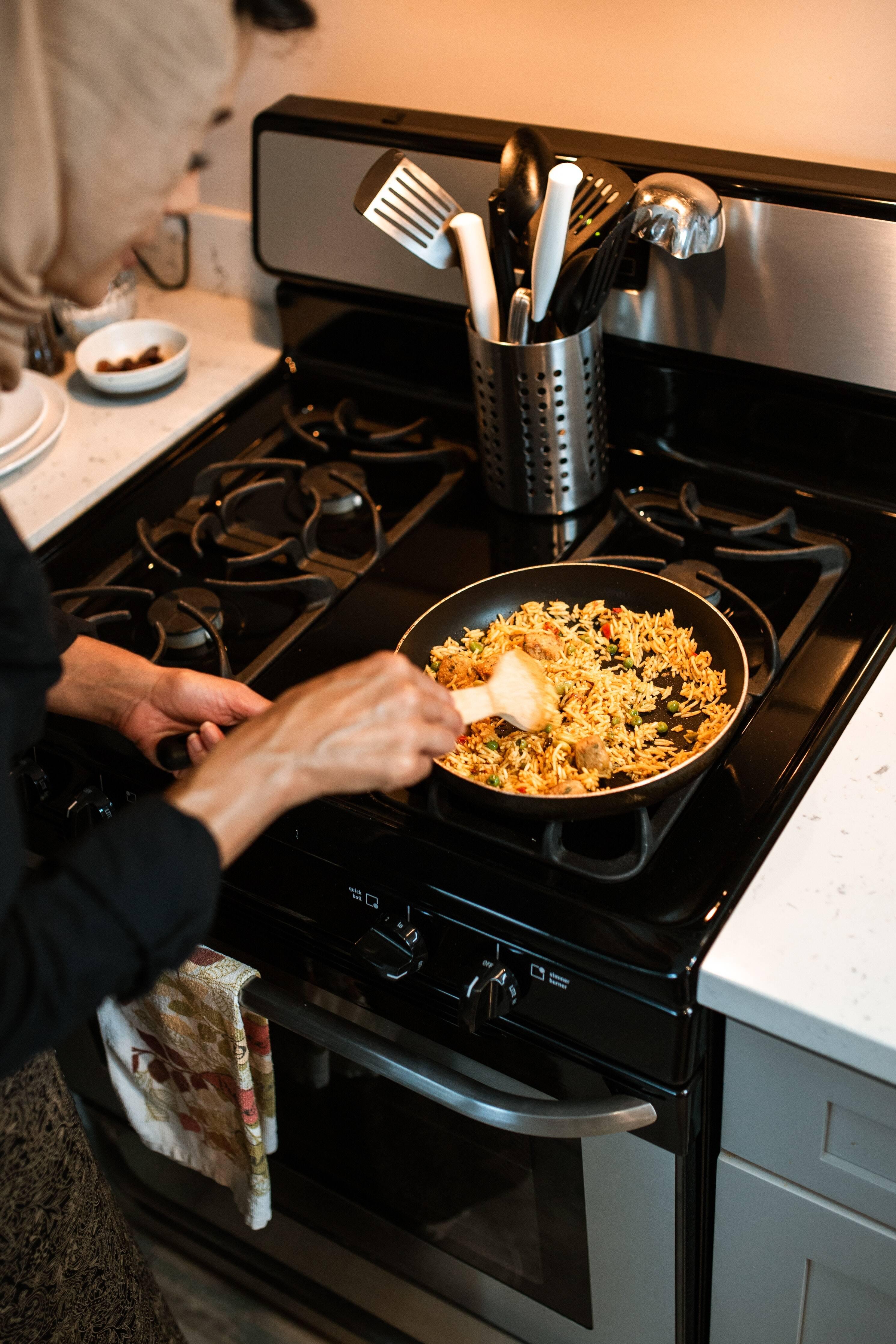 A primeira coisa é descascar a cebola e picar finamente com a faca. Em seguida, em uma panela (melhor se estiver baixa) adicione um pouco de azeite e sal e leve ao fogo médio. Quando o azeite estiver quente, acrescente a cebola e mexa de vez em quando. Cozinhe por cerca de 5 minutos, até ficarem macios e ligeiramente translúcidos, enquanto prepara os cogumelos. (Foto: Pexels)