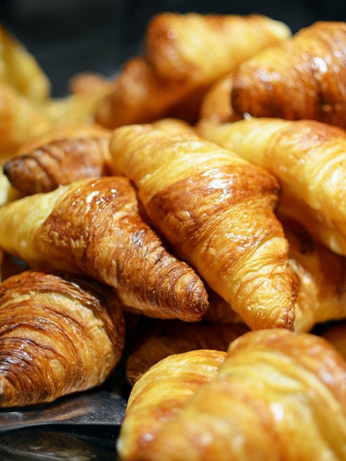 Depois de retirá-los, deixe-os esfriar por alguns minutos e você poderá servir seus croissants recheados com chocolate. Você também pode adicionar raspas de chocolate, por cima. (Foto: Pexels)