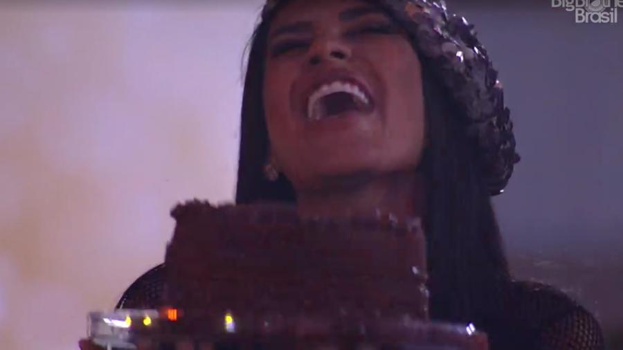 Pocah interrompeu a conversa de Karol com Camilla para cantarem parabéns para sua filha (Foto: Reprodução/Globoplay)