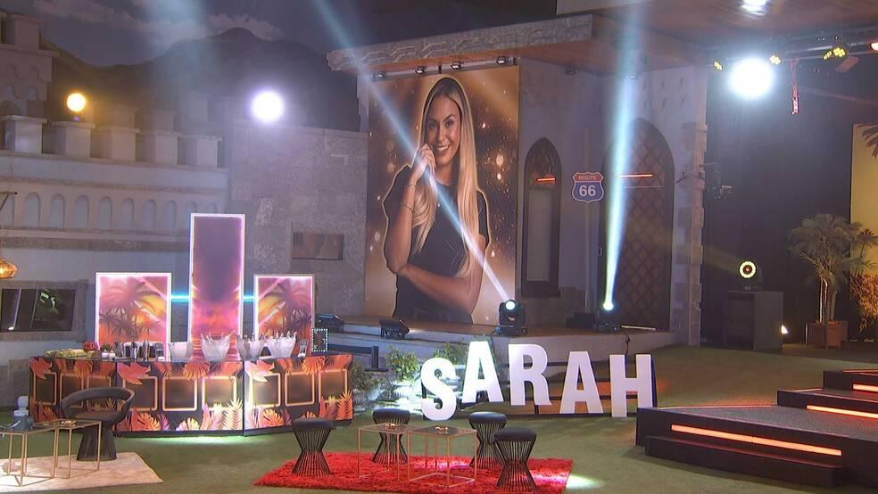 A decoração contou com palmeiras e um pôster gigante de Sarah (Foto: Reprodução/Globoplay)
