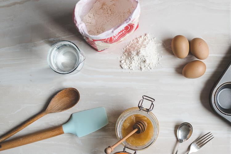 3 ovos; 240g de açúcar; 180 ml de óleo; 240 ml de café pronto; 180g de farinha de trigo; 40g de chocolate em pó; 15g de fermento químico. (Foto: Unsplash)