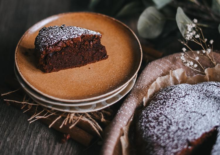 2 - Acrescente o chocolate em pó aos poucos, mexendo bem até dissolver por completo. (Foto: Unsplash)