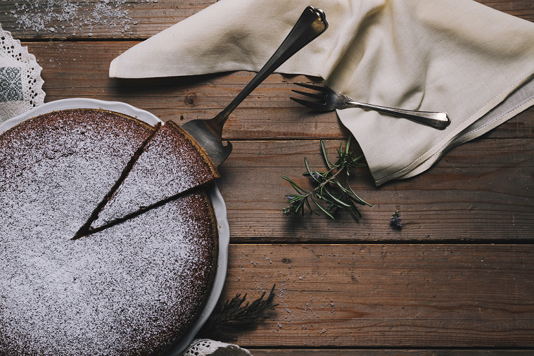5 - Unte uma forma e polvilhe chocolate em pó. Despeje a massa na forma untada, leve ao forno preaquecido por 200ºC. (Foto: Unsplash)