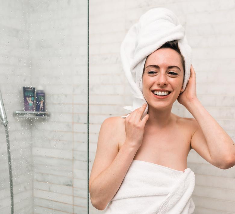 5 - Evite lavar o cabelo todos os dias - Prefira água fria e evite lavar os cabelos todos os dias. Não é uma regra absoluta, é claro, mas lavar 'dia sim, dia não' é mais indicado para manter os fios limpos e saudáveis. (Foto: Pixabay)