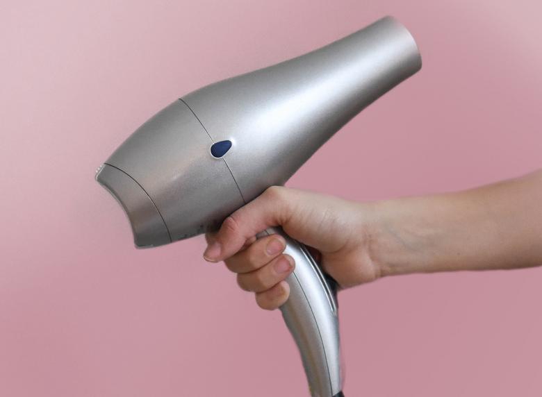 6 - Mantenha o secador longe - Isso mesmo! Antes do processo, utilize um termo ativo de sua preferência para proteger os fios, e mantenha uma distância de 15 cm entre o secador e a raiz. (Foto: Pixabay)