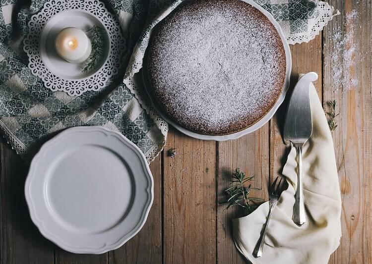 6 - Asse por 35 minutos. Para saber o ponto certo, faça teste do palito no centro do bolo até ele sair limpo. (Foto: Unsplash)