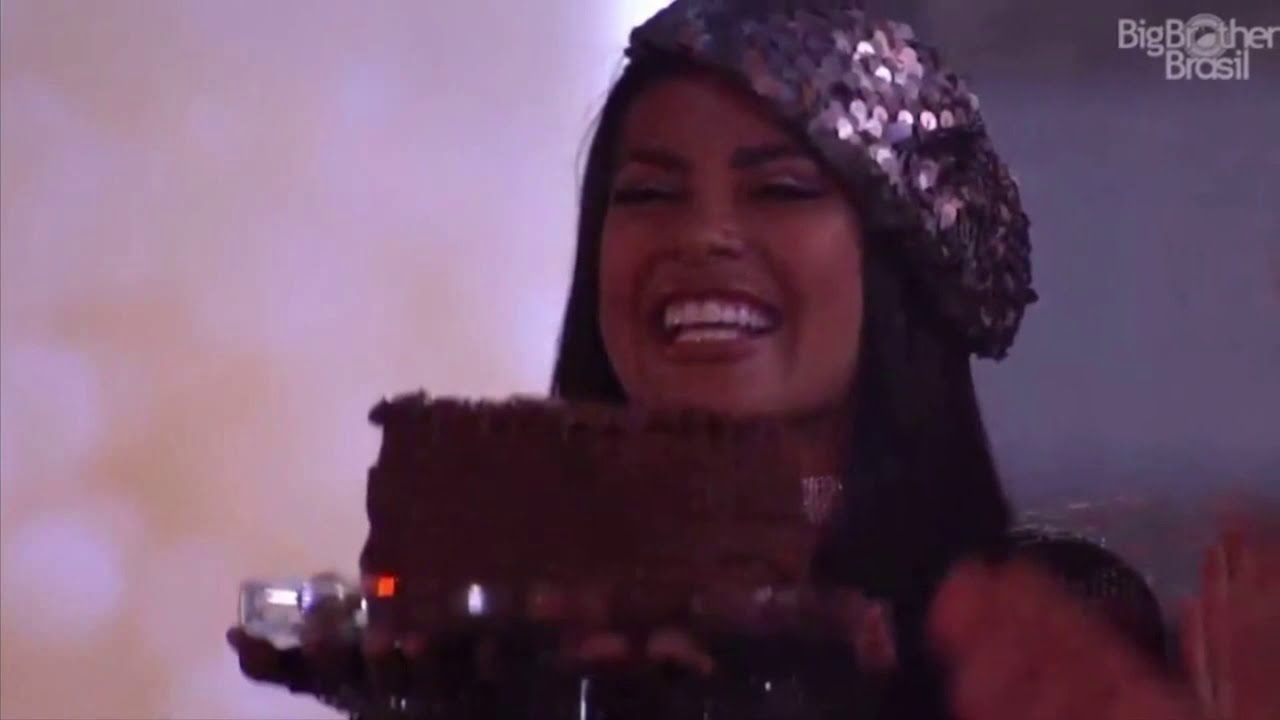 A sister chorou muito e agradeceu Sarah pelo bolo (Foto: Reprodução/Globoplay)