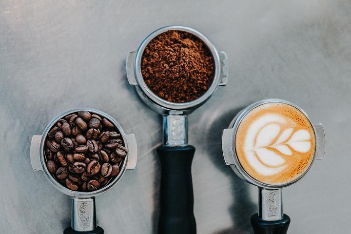 4 - Acrescente o café e misture devagar, incorporando com a massa. Por último, incorpore o fermento químico e misture bem. (Foto: Unsplash)