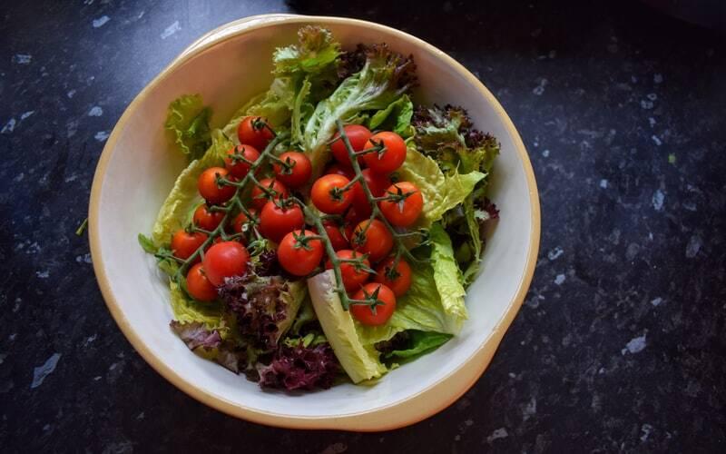 Modo de preparo: Disponha os ingredientes da salada em um recipiente, misture bem e reserve. Em seguida, bata todos os ingredientes do molho para que fique homogêneo. Sirva sobre a salada! (Foto: Unsplash)