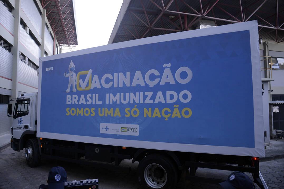 Caminhão da Fiocruz com as vacinas de Oxford/AstraZeneca (Foto: Tomaz Silva / Agência Brasil)